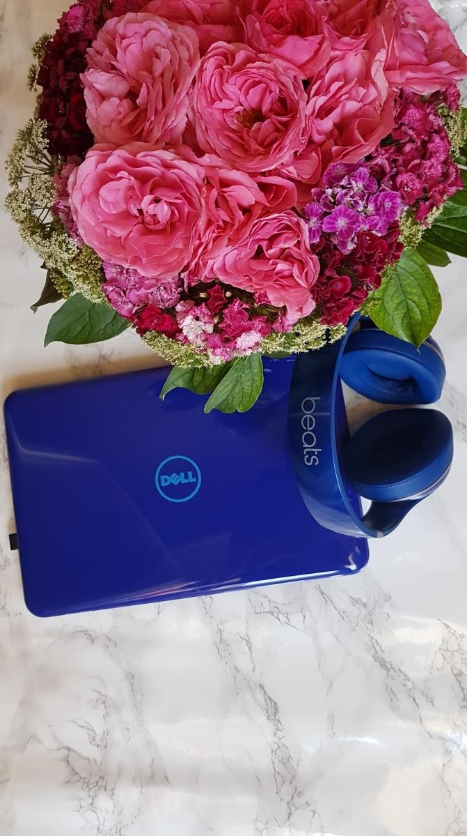 laptop-dell-slušalice-beats-cvijeće