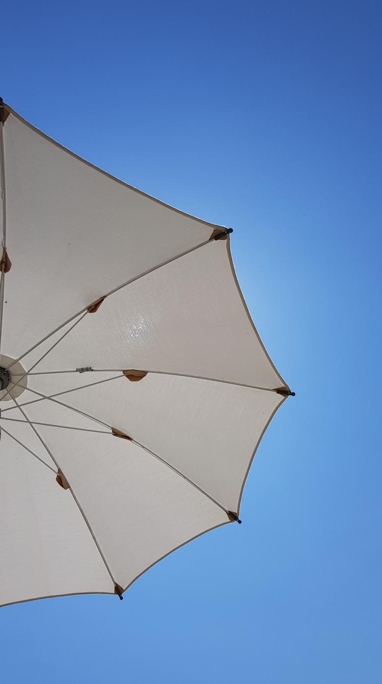 suncobran-plaža-nebo